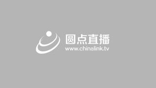 青年演员李依晓发言并对三名儿童进行帮扶